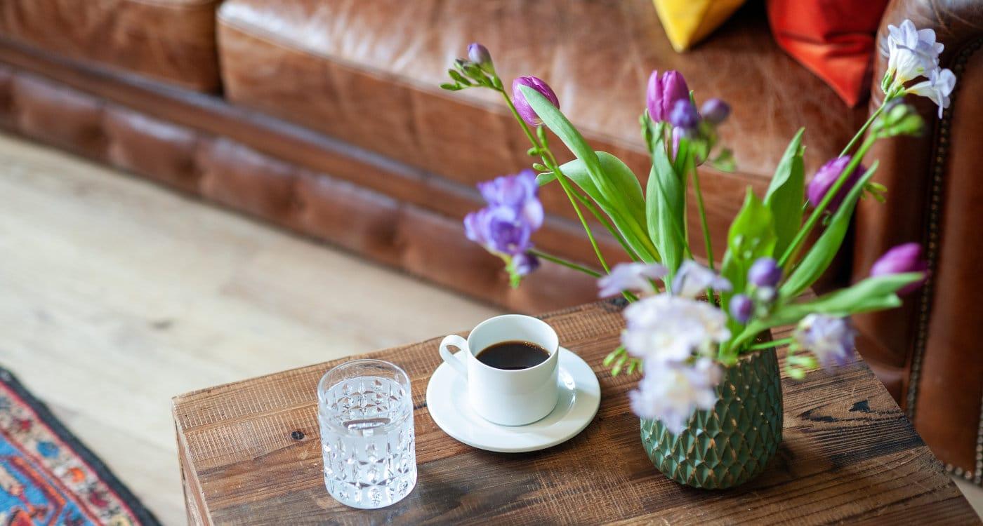 Kaffetasse und Wasser auf Tischchen Zahngesundheit Berlin Hermsdorf1400x750